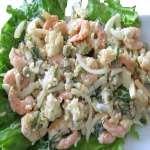 салат с креветками с листьями салата