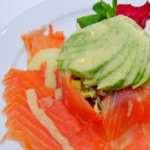 Салат «Браво» с семгой и соусом из авокадо