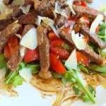 Салат с говядиной, кукурузой и овощами