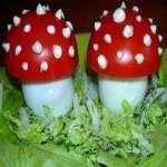 Мухоморы — закуска из яиц, помидор и сыра.
