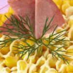 Рецепт приготовления салата-коктейля со сладкой кукурузой и ветчиной.